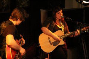 C'est en formule duo qu'Amélie Gagnon a présenté ses nouvelles compositions au Zénob. Photo: A. Carignan