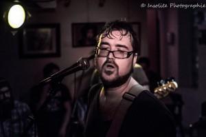 Karl Hébert, le chanteur de la formation trifluvienne Mimi Vanderglow, en prestation lors de son passage au café bar le Zénob samedi le 1er mars dernier. Photo: Insolite Photographie