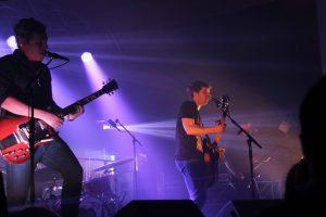 Vincent Vallières et son guitariste André Papanicolaou en pleine performance lors de leur spectacle dans le cadre du Carnaval Étudiant 2015 de l'UQTR.Photo: Nadia Tranchemontagne