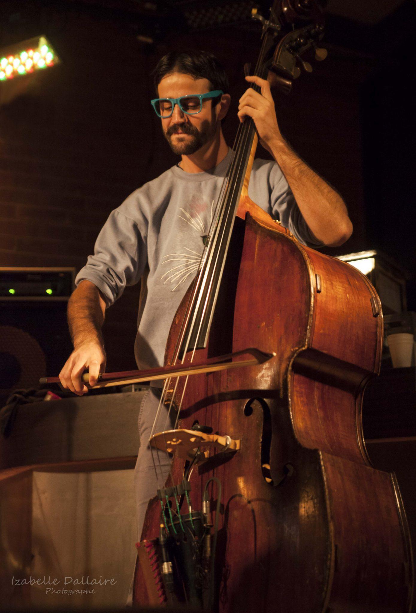 Accompagnée de ses musiciens, dont Philippe Leduc à la contrebasse, Klô Pelgag a lancé l'année 2015-2016 des Soirées cachées CFOU. Photo: Izabelle Dallaire