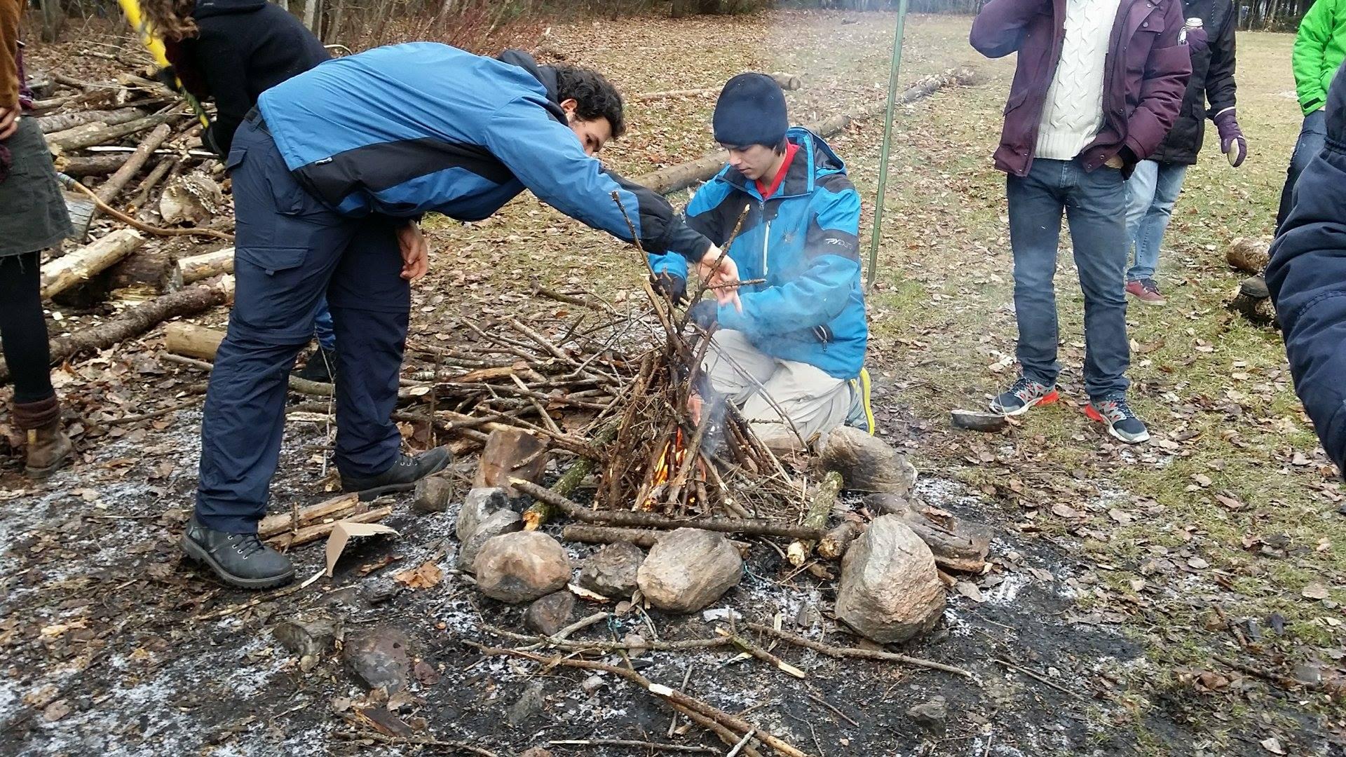 Les étudiants préparant le feu pour la veillée du soir lors de l'activité «chalet nature», organisée par l'UQT'Air au domaine Scout St-Louis-De-France, le 28 novembre 2015. Photo: Gregory Puaud