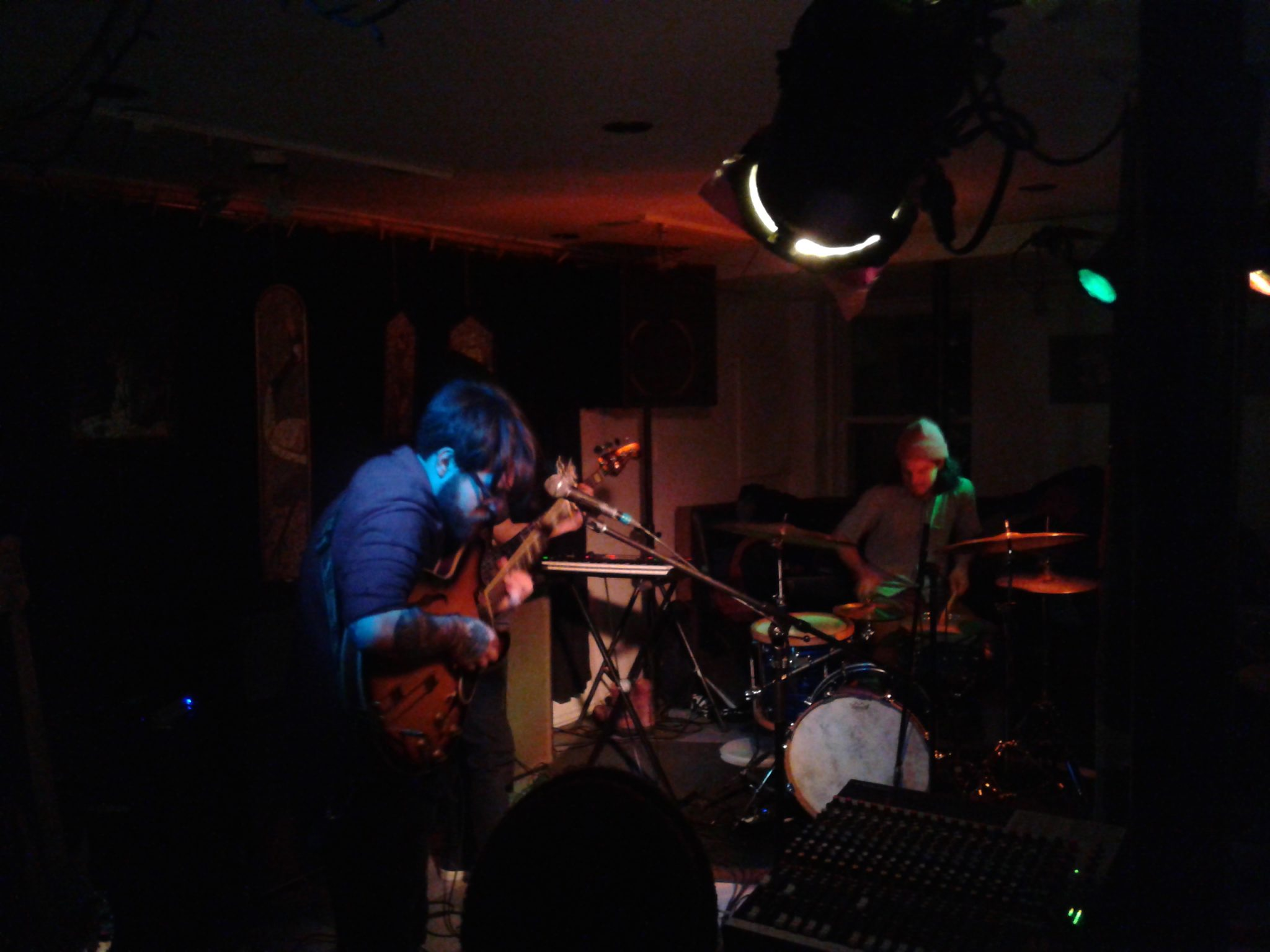 Le trio Renard Blanc lors de ses échanges instrumentaux au Café-bar Zénob. Photo: A. Vaillant-Gamache