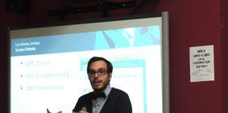 L'étudiant au baccalauréat en communication sociale, Guillaume Bouchard, racontant l'histoire des réseaux sociaux lors de la conférence. Photo: Caroline Bodin