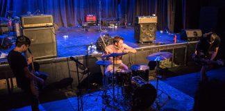Le groupe Guerilla Poubelle en pleine performance lors de leur passage à Trois-Rivières au Cabaret Satyre-Spectacle le 20 octobre 2016. Crédit photo: Adrien Le Toux