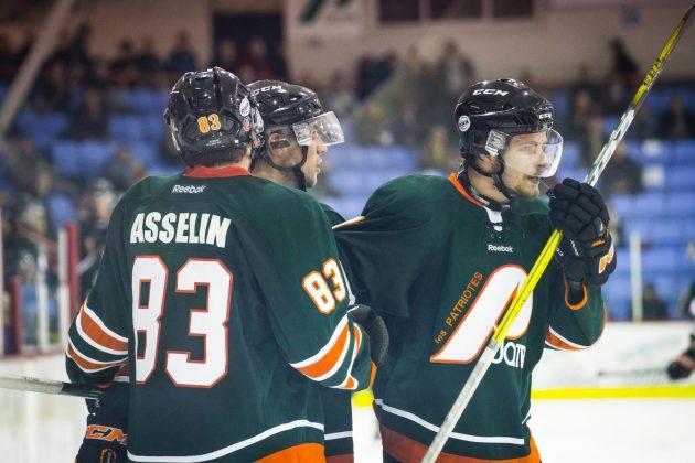 L'équipe de hockey de l'UQTR peut célébrer une troisième victoire de suite. Le match du 19 novembre va sans doute être mémorable pour Guillaume Asselin et Tommy Giroux. Photo: Patriotes