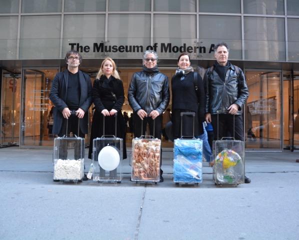 Exposition et performances à New York: Fouille à nu