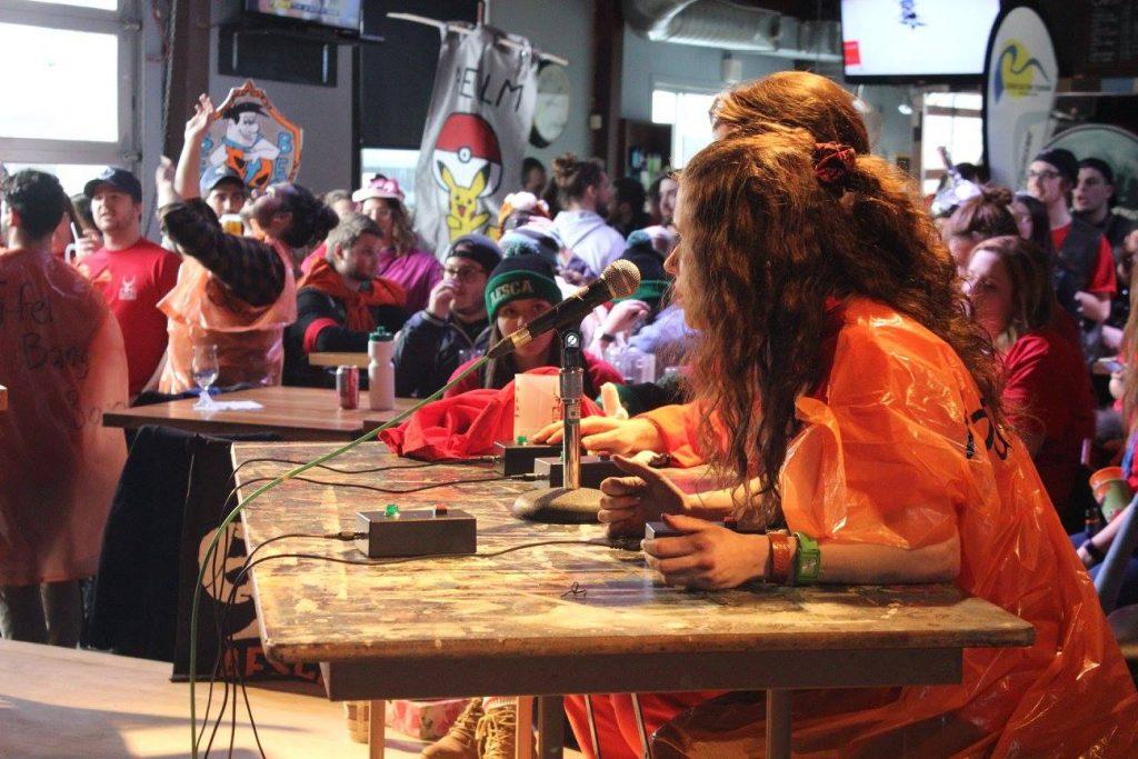 Lors de l'activité «Quiz CFOU», animée par Tanya Beaudin et Mathieu Plante. Photo: Comité organisateur du Carnaval