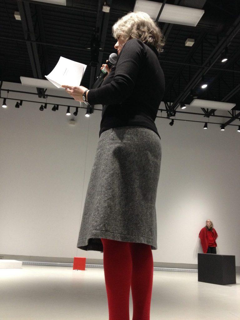 Le rouge et le noir domine l'exposition-performance, rappelant des étendards révolutionnaires et prolétaires. Photo: Marie-Christine Perras