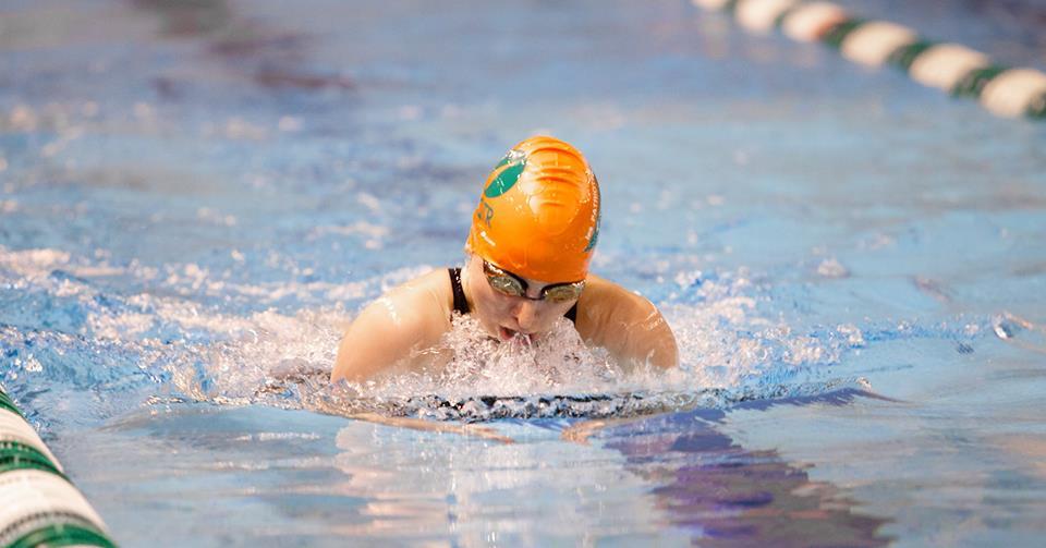 Les nageuses Gabrielle Cyr et Raphaële Roberge ont très bien performé aux épreuves de brasse. Photo: Patriotes