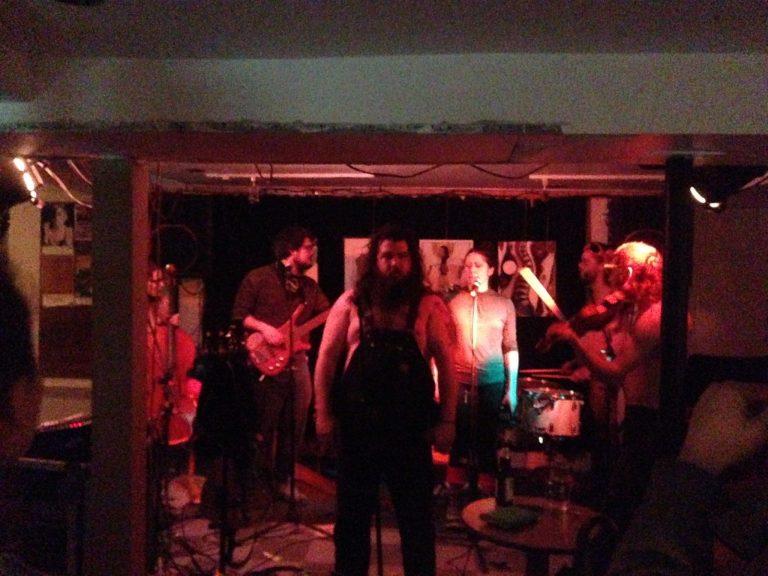Robert Fusil et les chiens fous au Café-Bar Zénob: De la musique folk sale dans le sous-sol