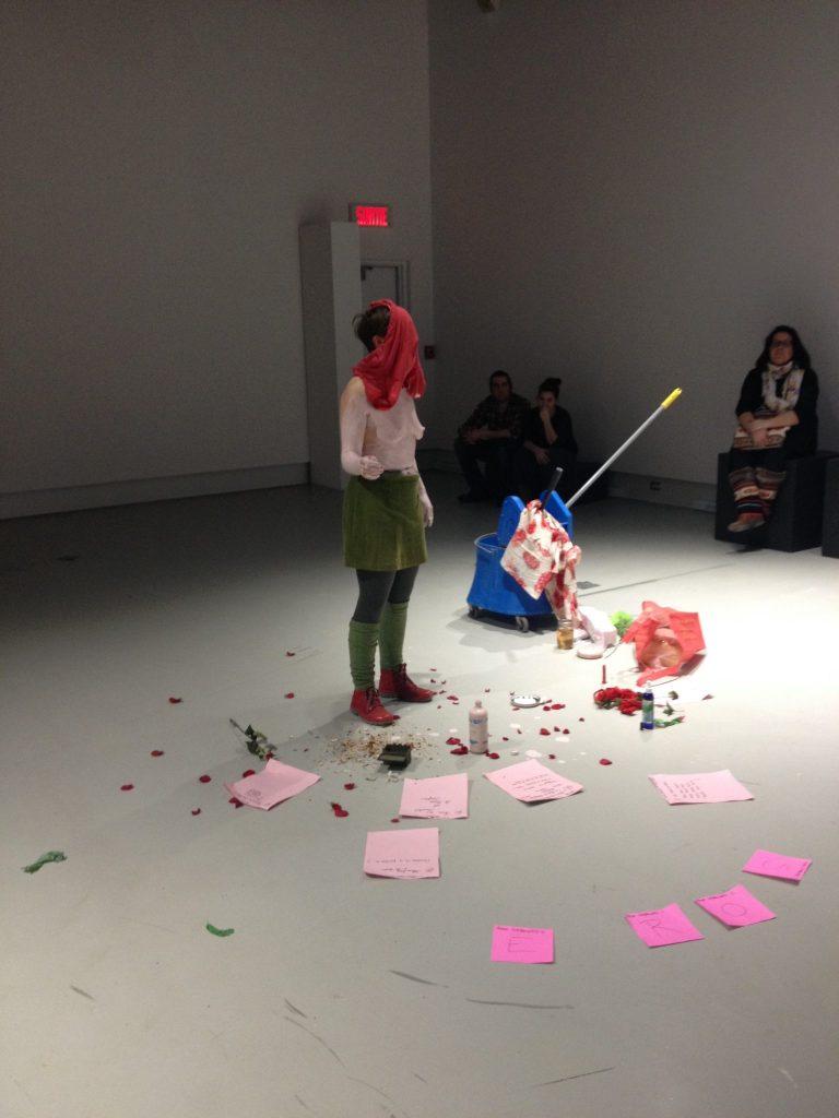Pendant «Permutations de la rose», l'artiste Hélène Matte a exploré le rose entre calamine, textes et combat à l'épée avec des roses en plastiques. Photo: Marie-Christine Perras