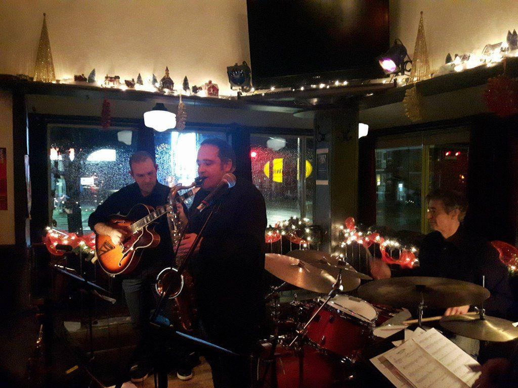 Trois membres de 4Jazz en prestation instrumentale. (Alexandre Le Sage au saxophone, François Dussault à la guitare et Marc Beaudet à la batterie). Photo: Marianne Chartier-Boulanger