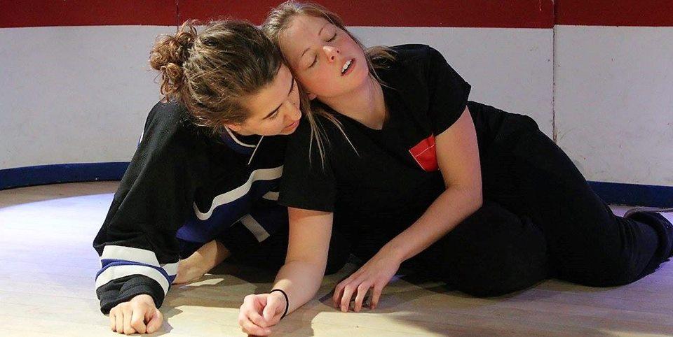 Les joueuses Karine Perron et Joliane Dufresne lors d'un match antérieur. Crédit photo: Camille Chagot
