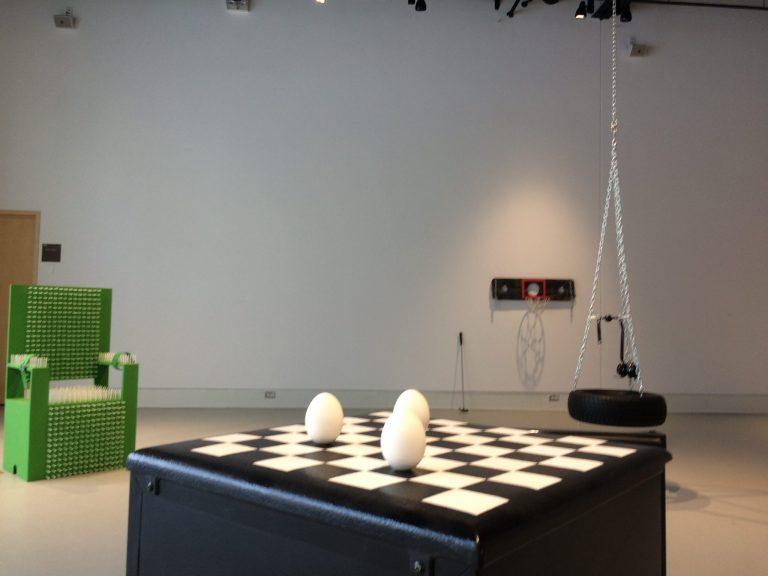 «Trop c'est comme pas assez» à la Galerie R3: À travers les aperçus et les perspectives
