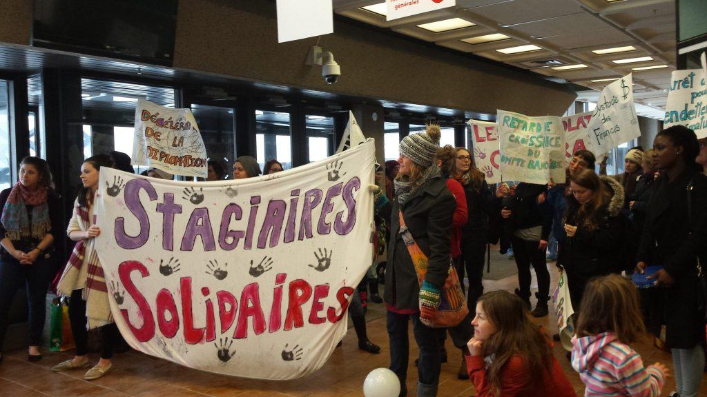 Le rassemblement de l'AÉSFQ dans le hall Gilles-Boulet de l'UQTR. Photo: Marie Labrousse