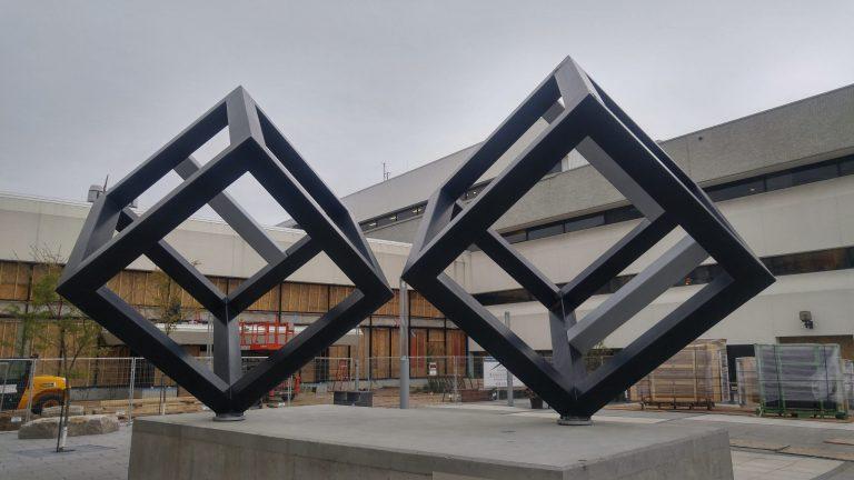 Pierre Landry, sculpteur: Un hommage à l'Homme derrière «Les cubes»